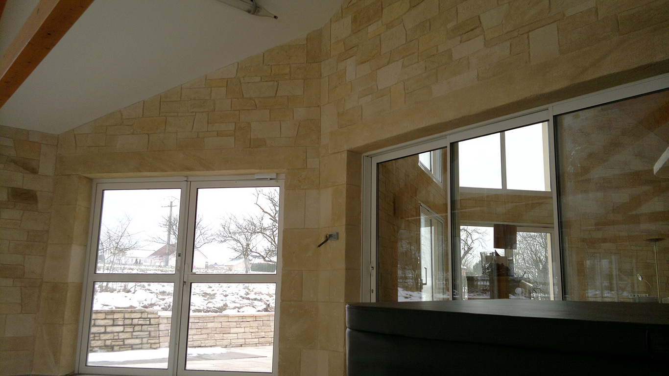 décoration intérieur en pierre de parement dans salon avec baie vitrée