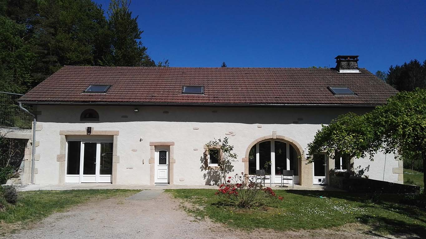 photo-façade-ferme-vosgienne-rénové-avec-crépis-à-la-chaux-et-réparation-des-pierres-d-angles