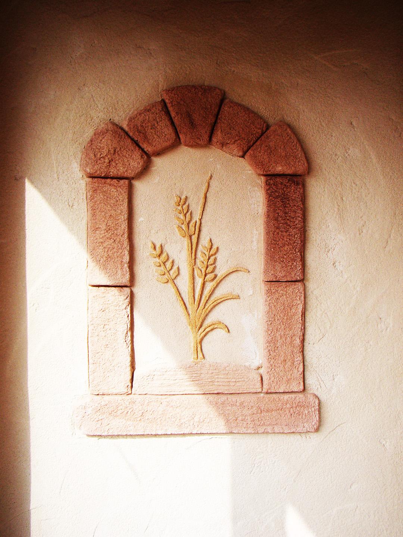 Décoration personnalisé sur ravalement de façade épis de blé dans niche grès rose