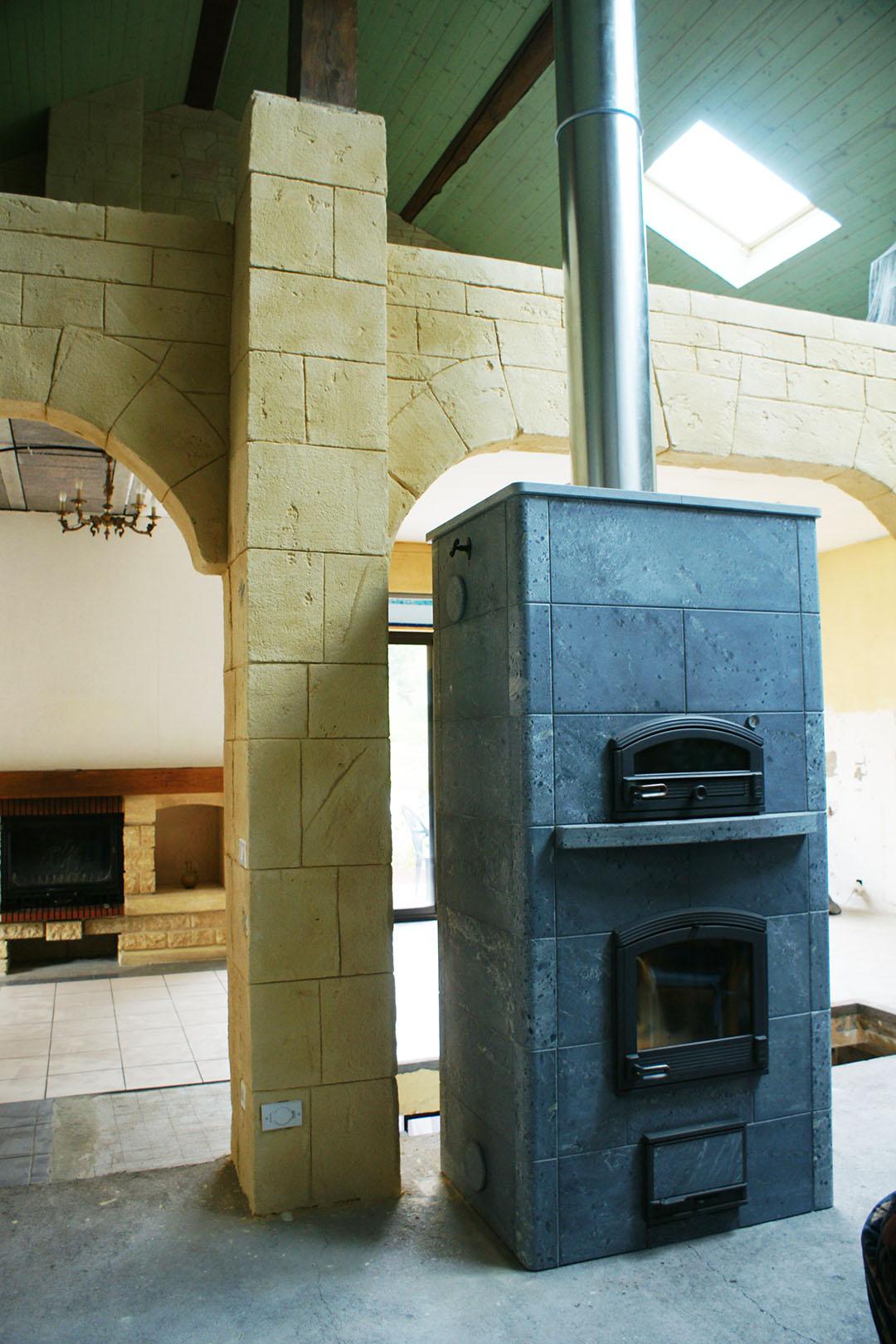 décoration-intérieur-avec-fausse-pierre-sur-arches-avec-poele-à-bois-tulikivi-dans-les-vosges