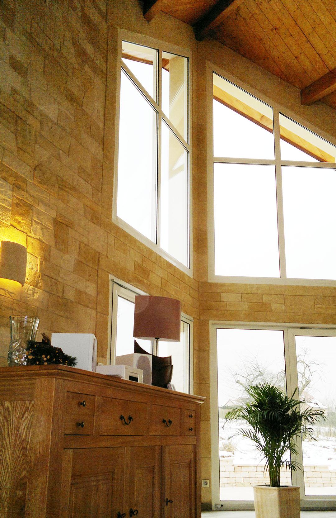décoration intérieur avec pierre de parement sans joints dans unee véranda