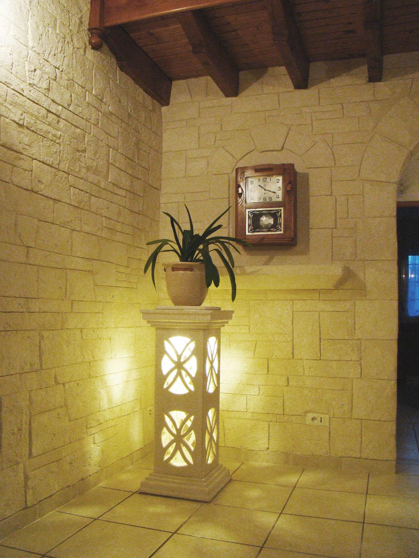 decoration pierre intérieur avec lampe en pierre