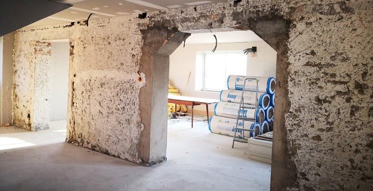 ouvertures mur intérieur avec des jambages en béton