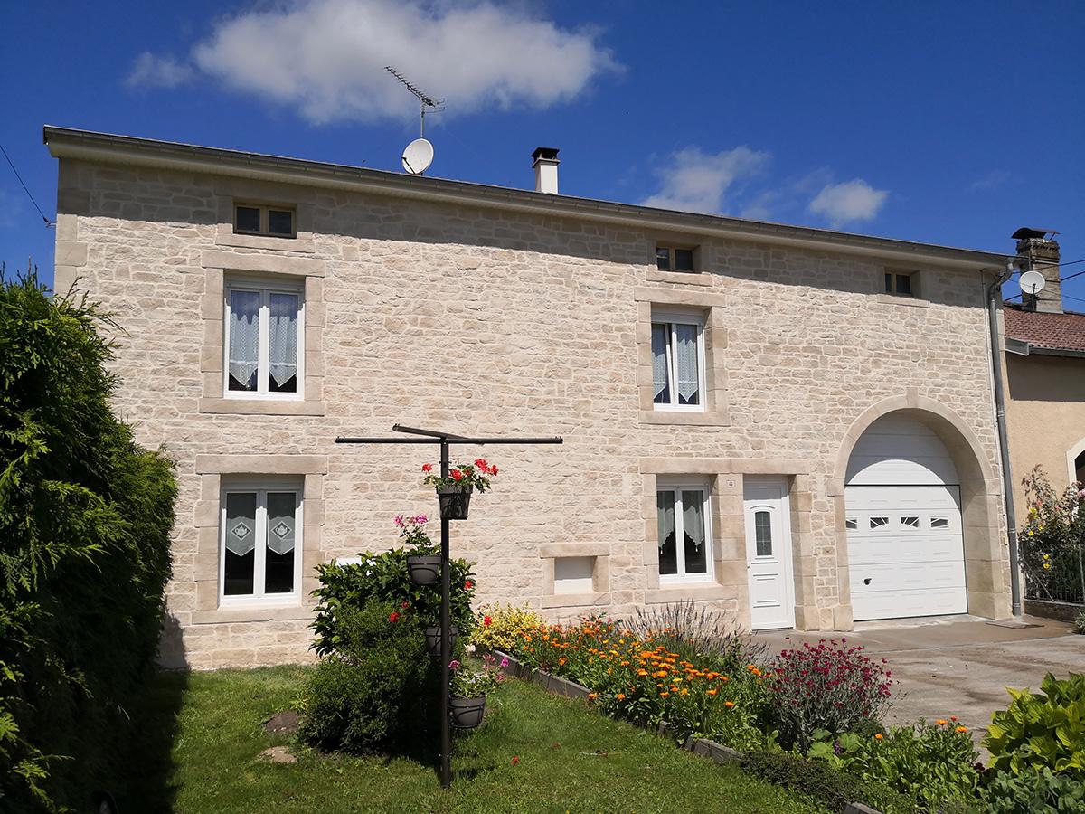 décor fausse pierre sur façade avec rénovation pierre de taille sur entourage et voûte porte cochère