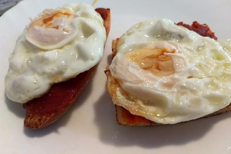 Huevo frito sobre tosta de sobrasada 1