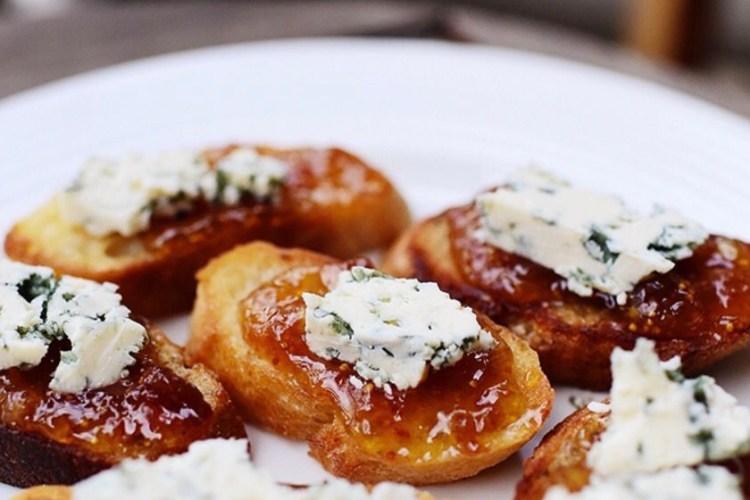 Aperitivos de mermelada de higo y queso azul 1