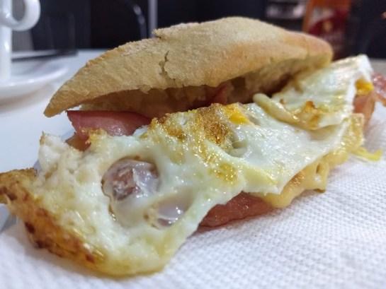 Bocadillos de bacon con huevo frito