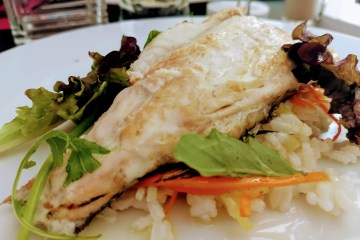 Filete de lubina a la plancha con arroz blanco y ensalada 1