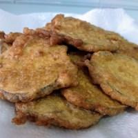 Berenjena rebozada en harina y huevo