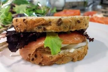 Sándwich de salmón ahumado y pepinillo agridulce 1