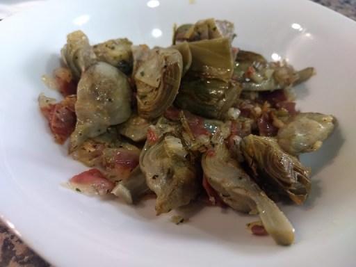 Alcachofas salteadas con jamón y cebolla