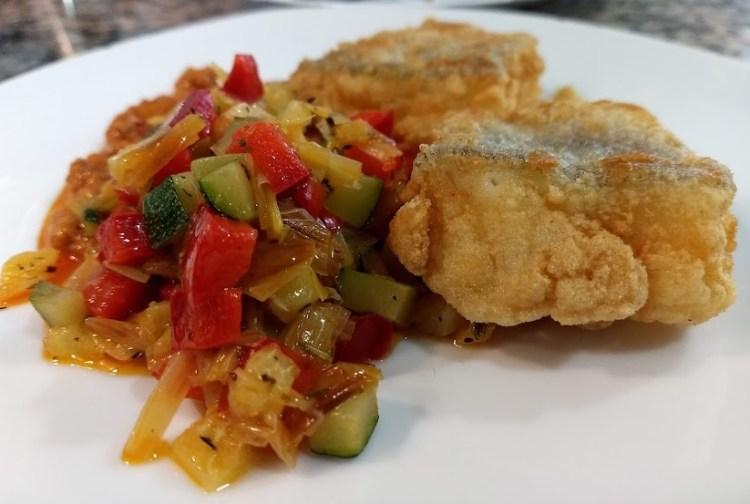 Bacalao frito con verdura salteada