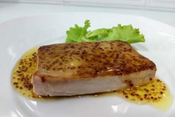 Atún plancha con salsa de miel y mostaza