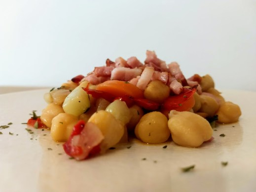 Garbanzos con verduras y bacon