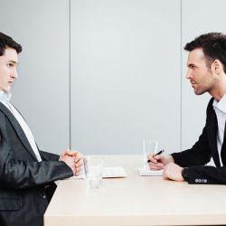 entretien d'embauche d'un jeune diplômé avec un recruteur