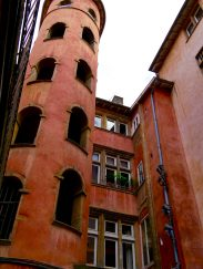 La tour rose cachée dans une traboule