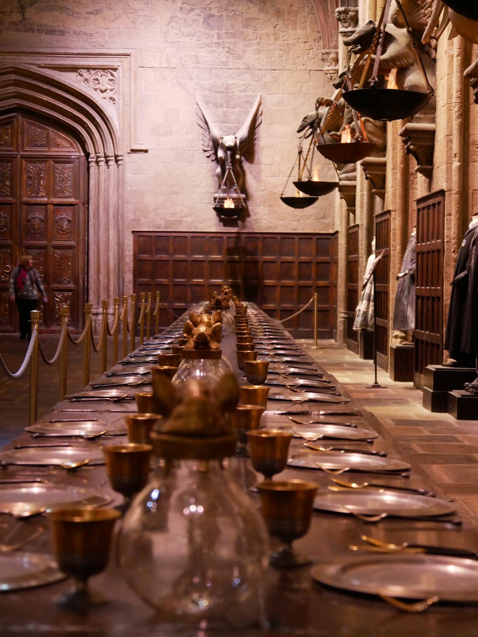 Une table de la grande salle