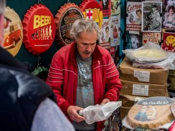 Un vendeur du marché de la Latina