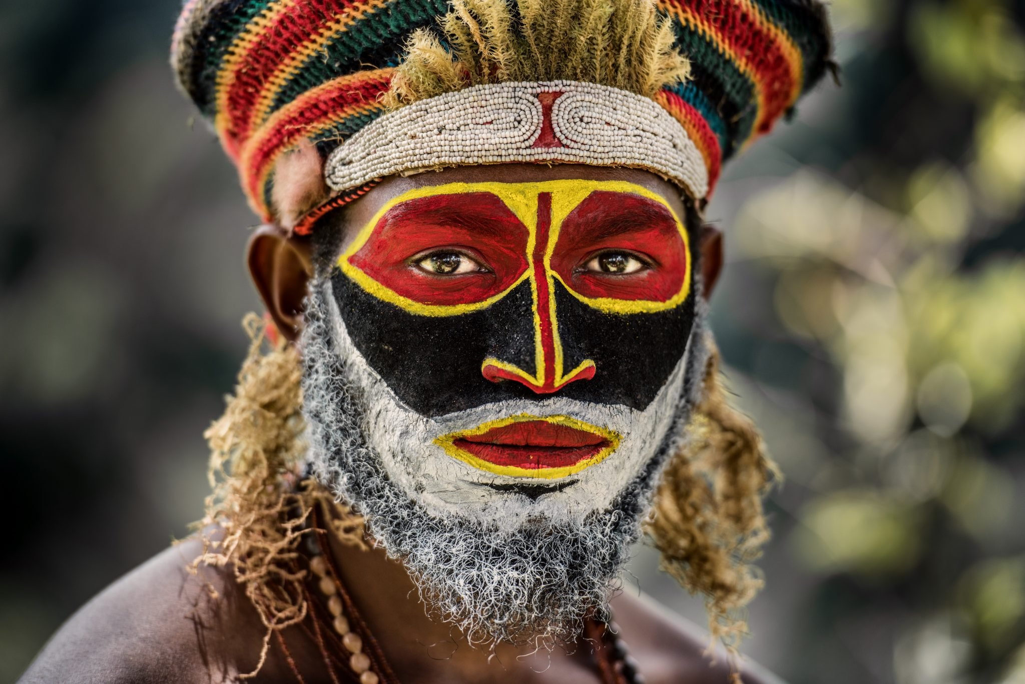 coffee-in-papua-new-guinea-man-tribal-painted-face