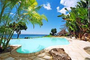Piscine dans un hôtel au centre ouest de l'île. (Nosy Boraha, ile Sainte-Marie, côte est de Madagascar, Océan Indien).