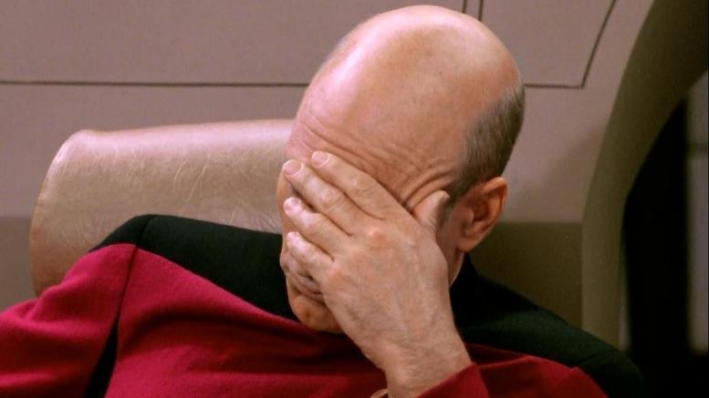 Picard (Patrick Stewart) auf der Brücke der Enterprise - Facepalm
