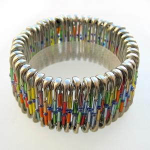 bijoux riciclati bracciale con spille da balia