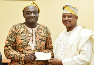 The Alumni President, Mr. Olusola Tobu, presenting the cheque of N500,000.00 to the Vice-Chancellor, Prof. Kolawole Salako during the visit.