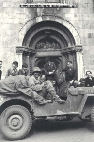 Allied soldiers in front of the Duomo (Archivio Stato Cantone Ticino)