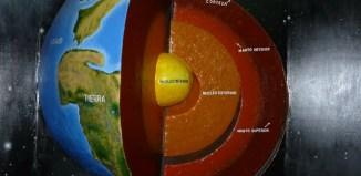 La Tierra está formada por 3 capas principales, la corteza, el manto y el núcleo