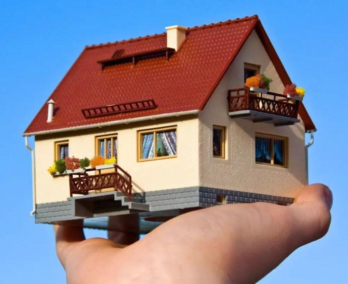 Por ley tienes derecho privado a tu casa, no es de dominio publico por lo que nadie puede acceder a ella sin permiso