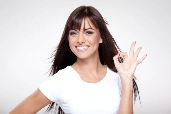 Mujer posando sonriente ante la camara, segura de si misma