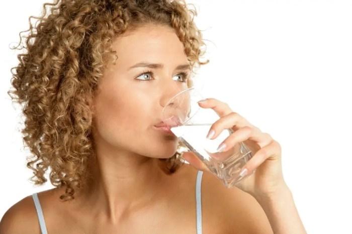 Una cosa que se puede hacer es aguantar la respiracion y beber agua, a ver si se pasa el hipo