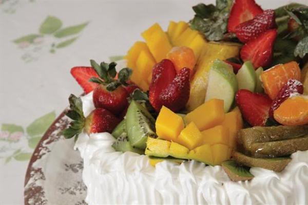 Cómo decorar un pastel con frutas