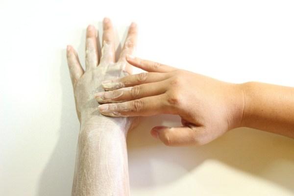 mano con crema