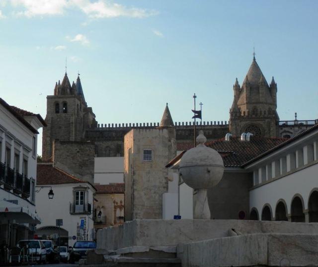 vista de las torres catedral evora portugal