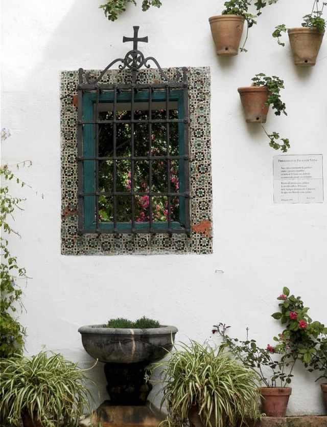 ventana y fuente con flores palacio de viana