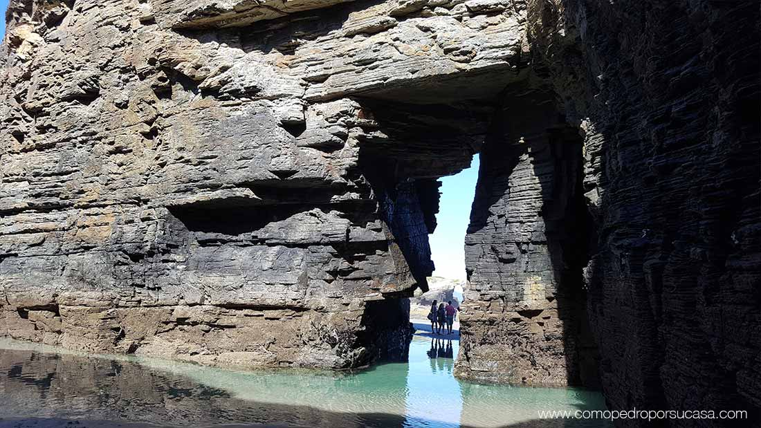 playa de las catedrales con agua ribadeo