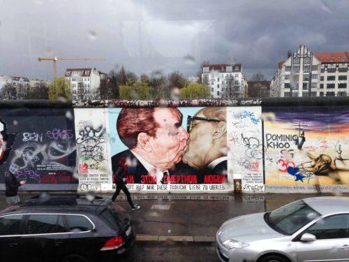 Beijo Franterno East Side Gallery Muro de Berlim, Queda, Viagem 2014 - Foto Nathalia Molina @ComoViaja (13)