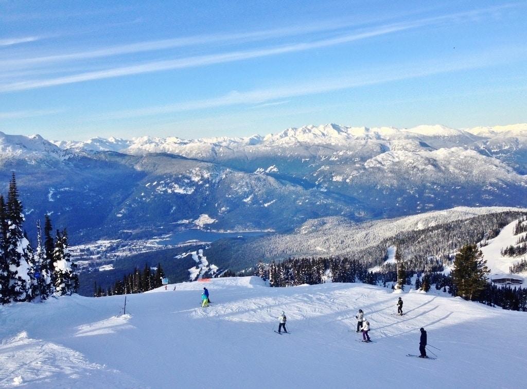 Canadá-Montanhas-com-Neve-e-Esqui-na-Estação-de-Whistler-Foto-Nathalia-Molina-@ComoViaja