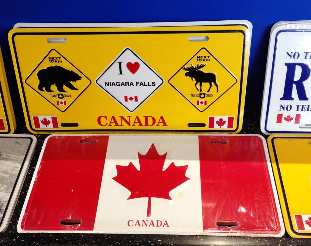 Canadá-Souvenir-com-Bandeira-Folha-de-Maple-Urso-e-Alce-em-Loja-de-Niagara-Falls-Foto-Nathalia-Molina-@ComoViaja