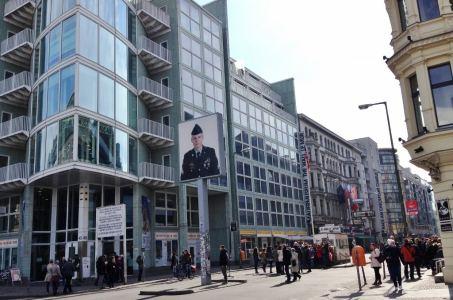 Checkpoint Charlie Berlim Alemanha Viagem - Foto Nathalia Molina @ComoViaja