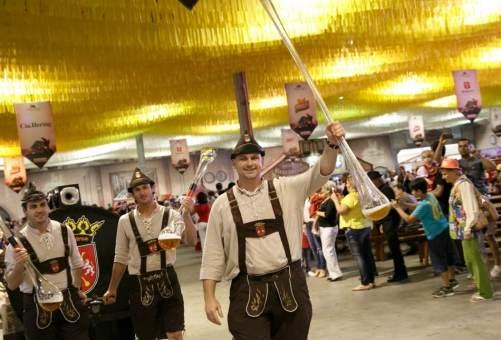 chope-a-metro-oktoberfest-de-blumenau-festa-da-cerveja-foto-divulgacao