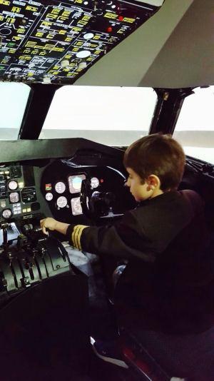 crianca-em-sao-paulo-piloto-de-aviao-na-kidzania-foto-nathalia-molina-comoviaja