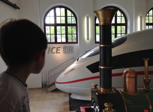 Crianca Trem Deutsche Bahn Museu Nuremberg - Foto Nathalia Molina @ComoViaja (1)
