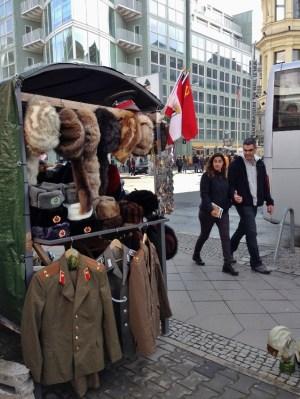 Roupa Chapeu Russo Berlim Uniao Sovietica Checkpoint Charlie Alemanha Viagem - Foto Nathalia Molina @ComoViaja