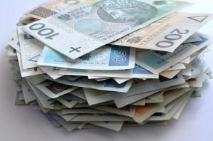 Kurs dolara ponad 1% w górę, euro zyskuje 0,7%, a funt jest notowany 0,5% wyżej, USD/PLN po 3,7080 zł