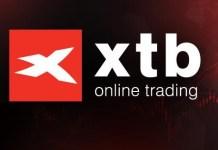 logo XTB na czerwonym tle