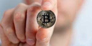 moneta bitcoin trzymana w placach