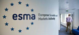 Klienci detaliczni płacąśrednio 40% więcej niż instytucjonalni - zauważa ESMA w raporcie