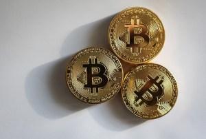 Monety Bitcoin lezące na stole